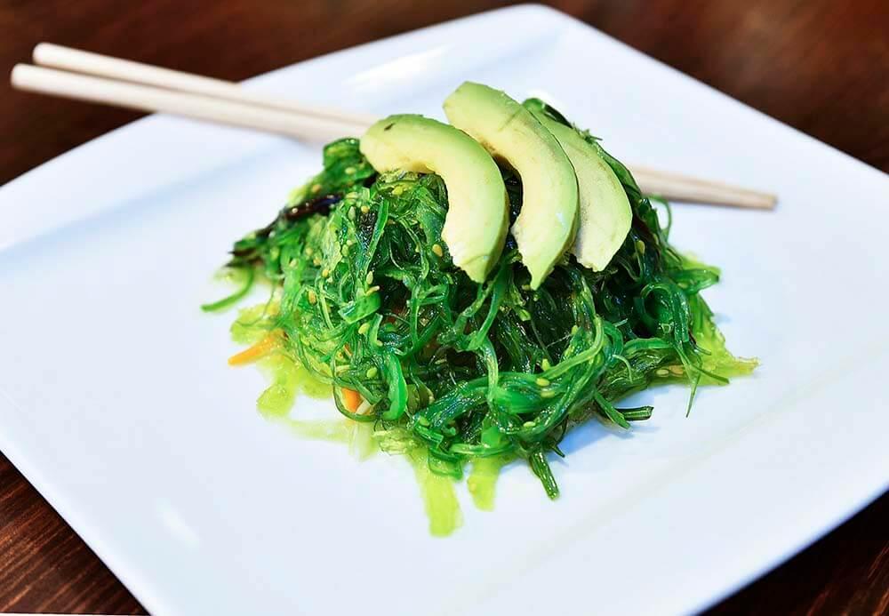 wakame salad with avocado