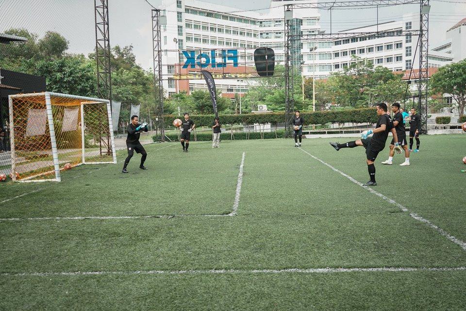 ในภาพอาจจะมี หนึ่งคนขึ้นไป, ผู้คนกำลังเล่นกีฬา, พื้นหญ้า และสถานที่กลางแจ้ง