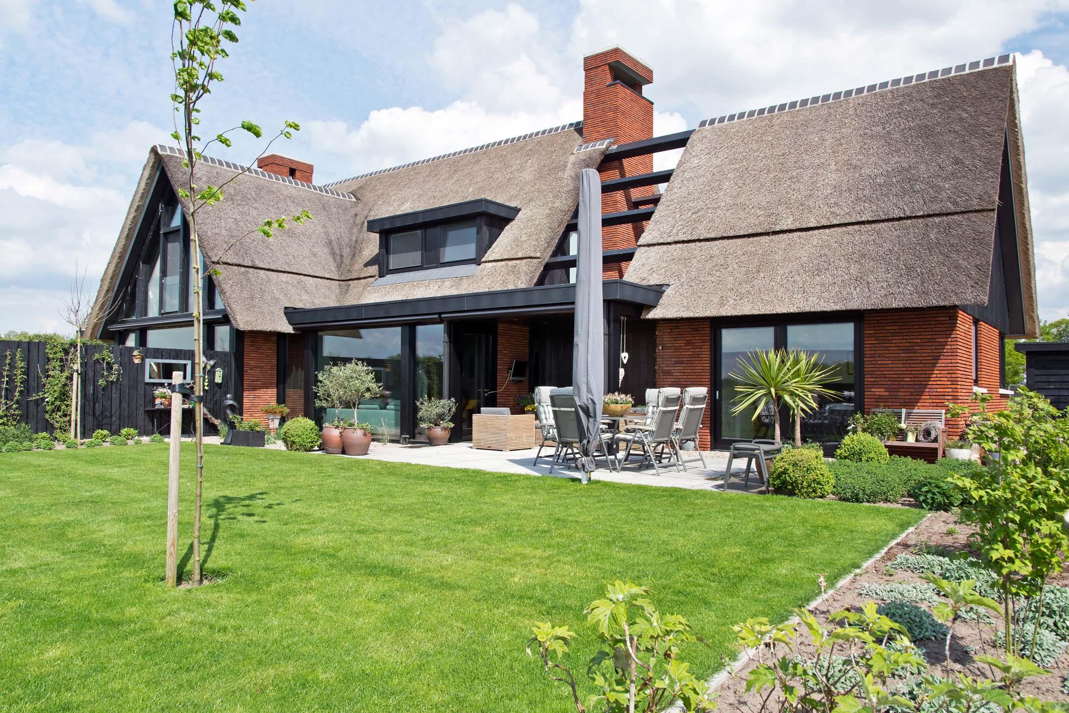 Riant modern en rietgedekt landhuis for Modern landhuis