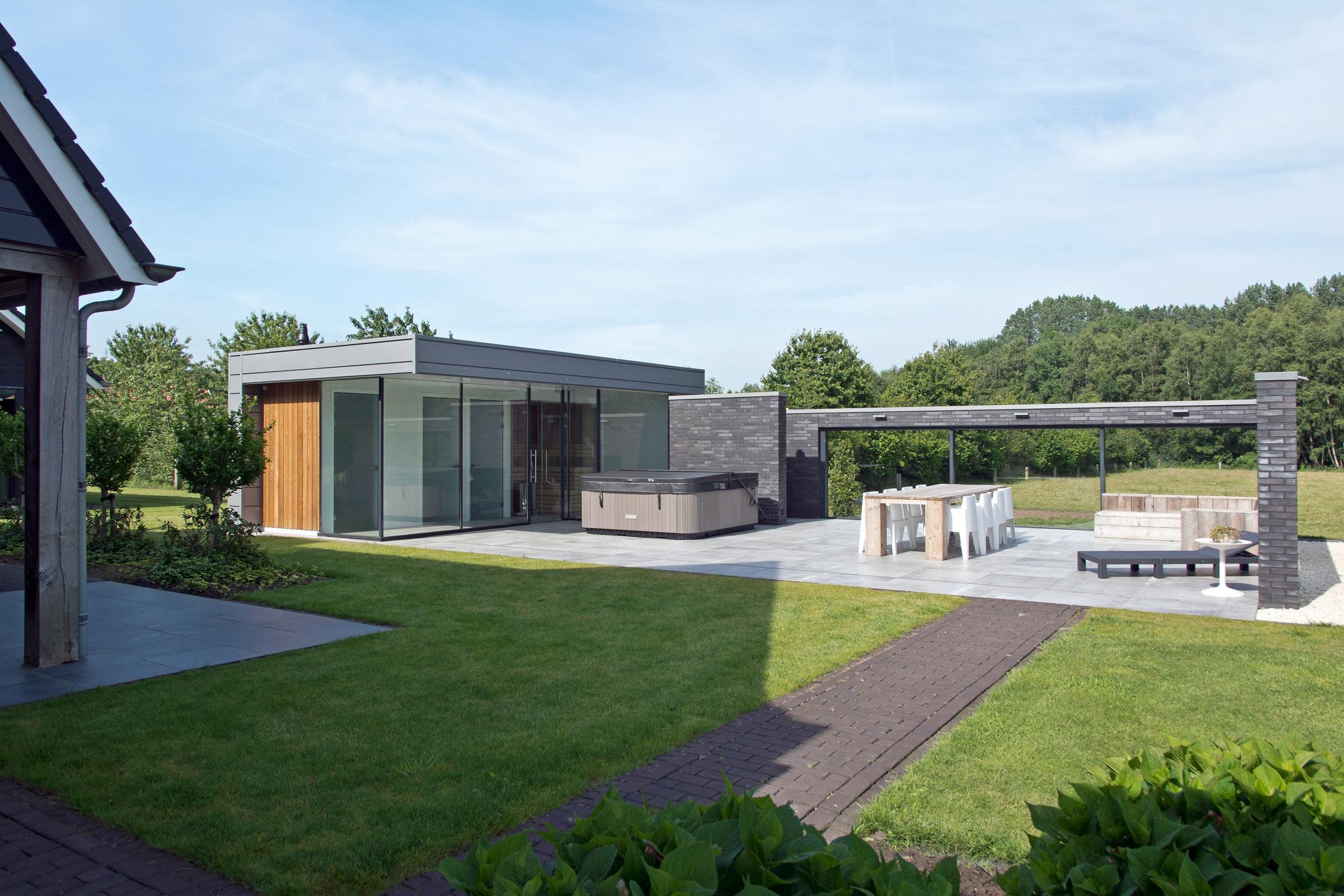Modern buitenterras met saunavoorziening