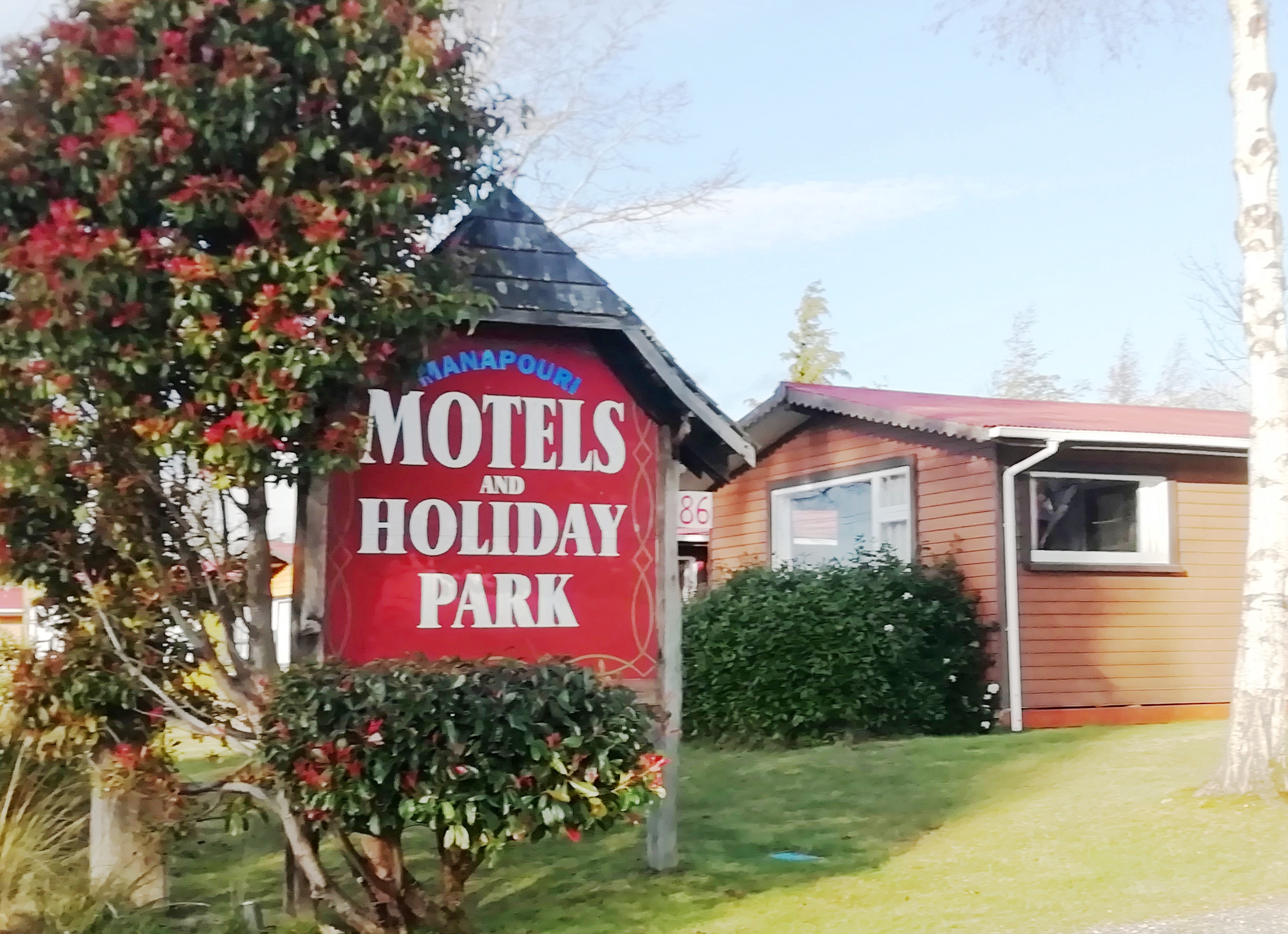 The sign for the Manapōuri Motels and Holiday Park