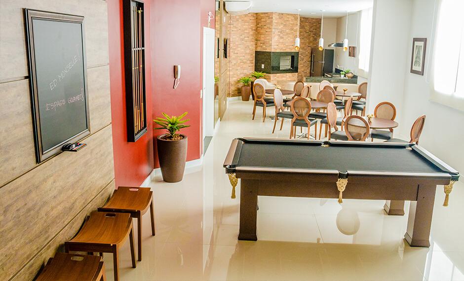 Espaço gourmet com salão de jogos equipado e decorado do residencial Monselle, no Centro Cívico, em Curitiba, Paraná
