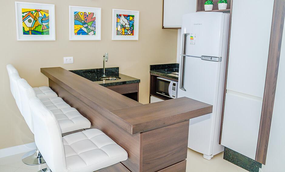 Salão gourmet equipado e decorado do residencial Monselle, no Centro Cívico, em Curitiba, Paraná