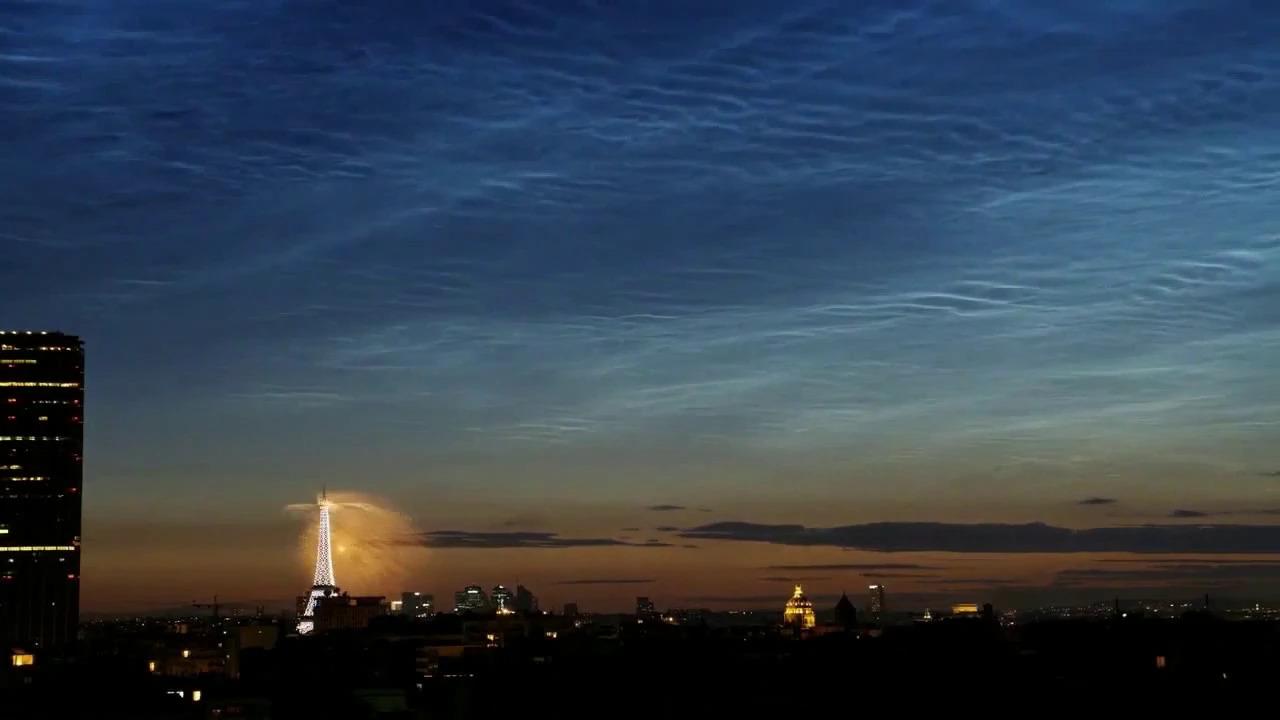 Nuages noctulescents au-dessus du feu d'artifice de Paris