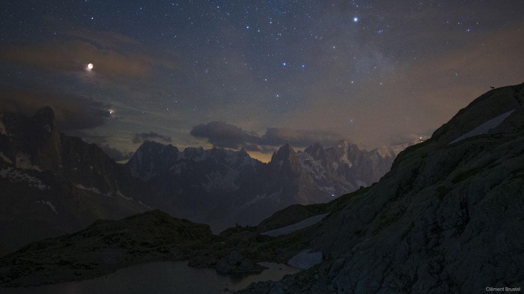Éclipse de Lune et Mars au-dessus des Montagnes