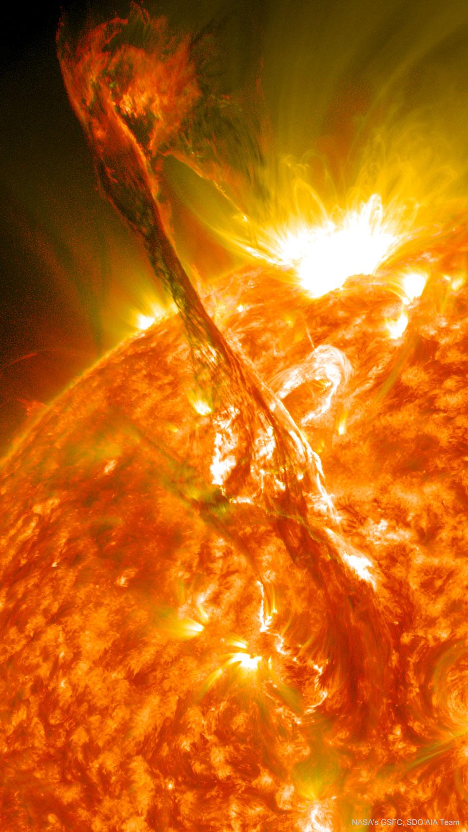 Un filament solaire éclate