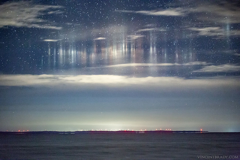 Des piliers de lumière au-dessus de Whitefish Bay