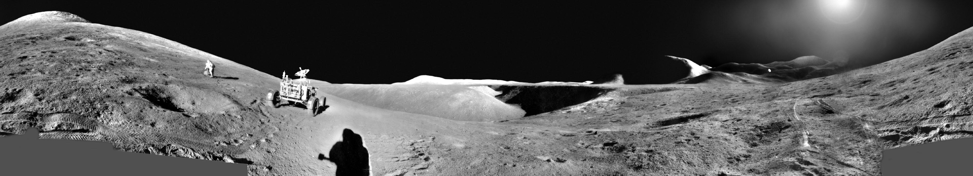 Des astronautes explorent un panorama d'Apollo 15