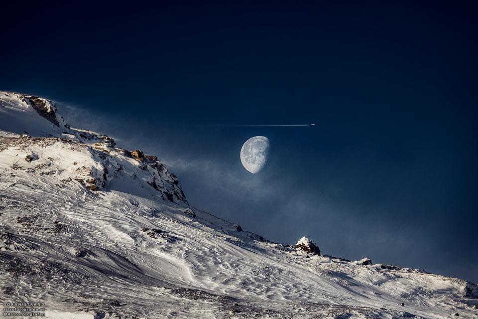 Lune gibbeuse au-dessus des montagnes suédoises