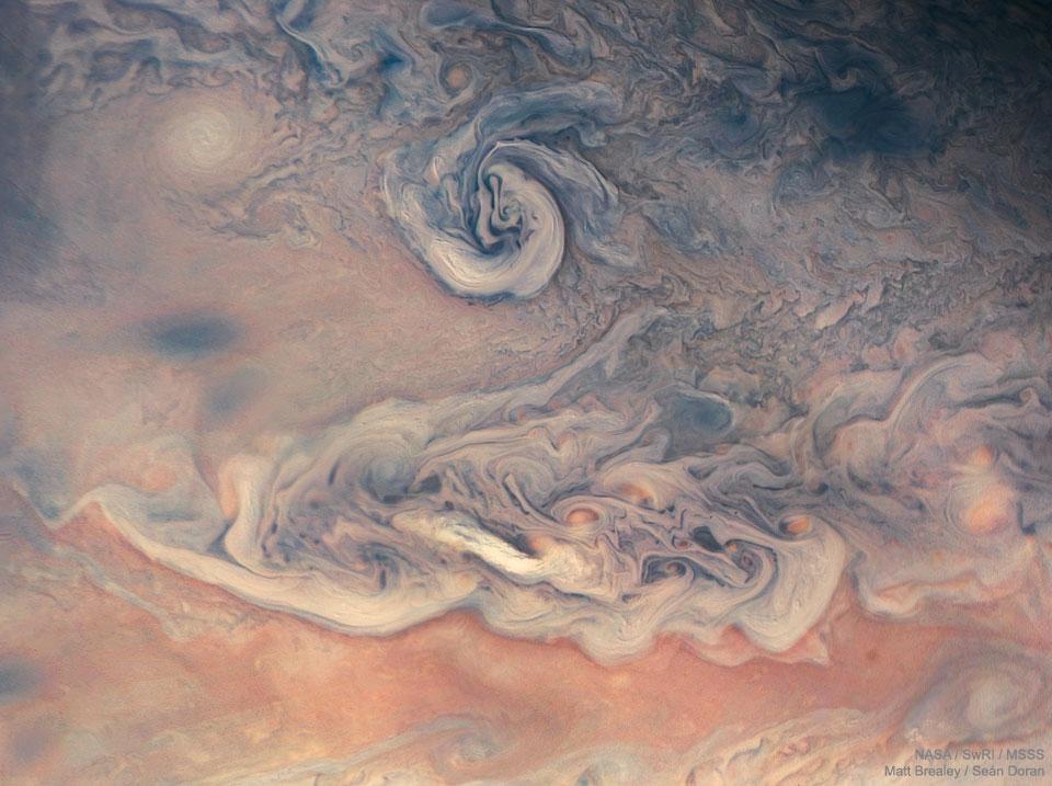 Remous et couleurs sur Jupiter depuis Juno