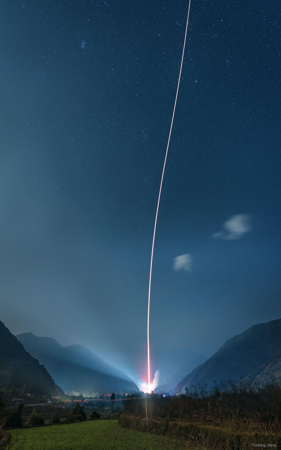Lancement de fusée entre les montagnes