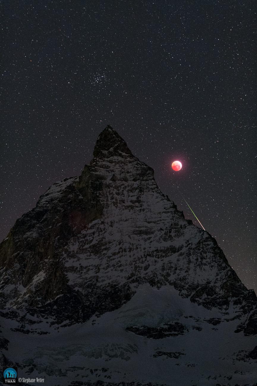Le Cervin, la Lune et un météore