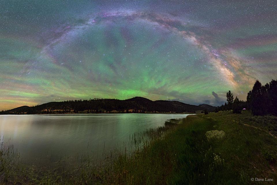 La lumière du ciel nocturne en forme de ventilateur