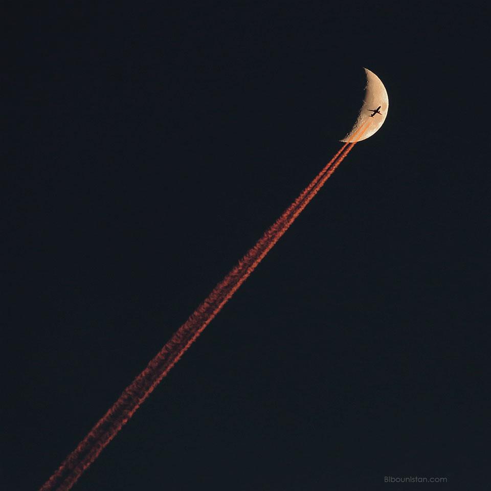 Avion traversant un croissant de Lune