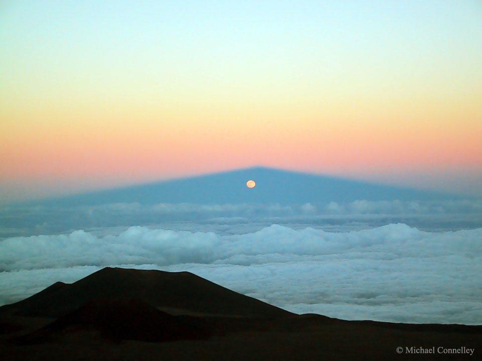 Lever de Lune à travers l'ombre de Mauna Kea
