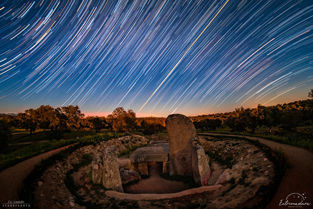 Traînées d'étoiles et lever du soleil de l'équinoxe