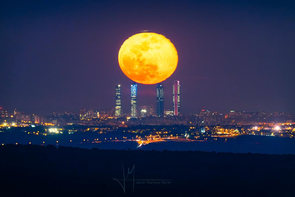 Quatre tours et l'équinoxe lunaire