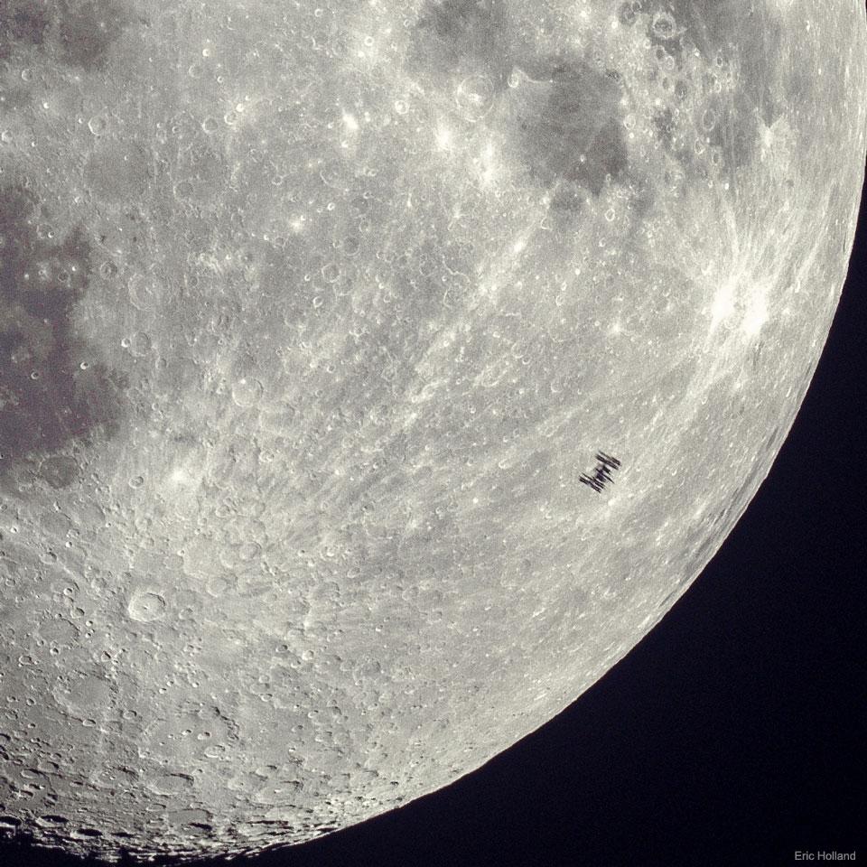 Silhouette de la station spatiale sur la Lune