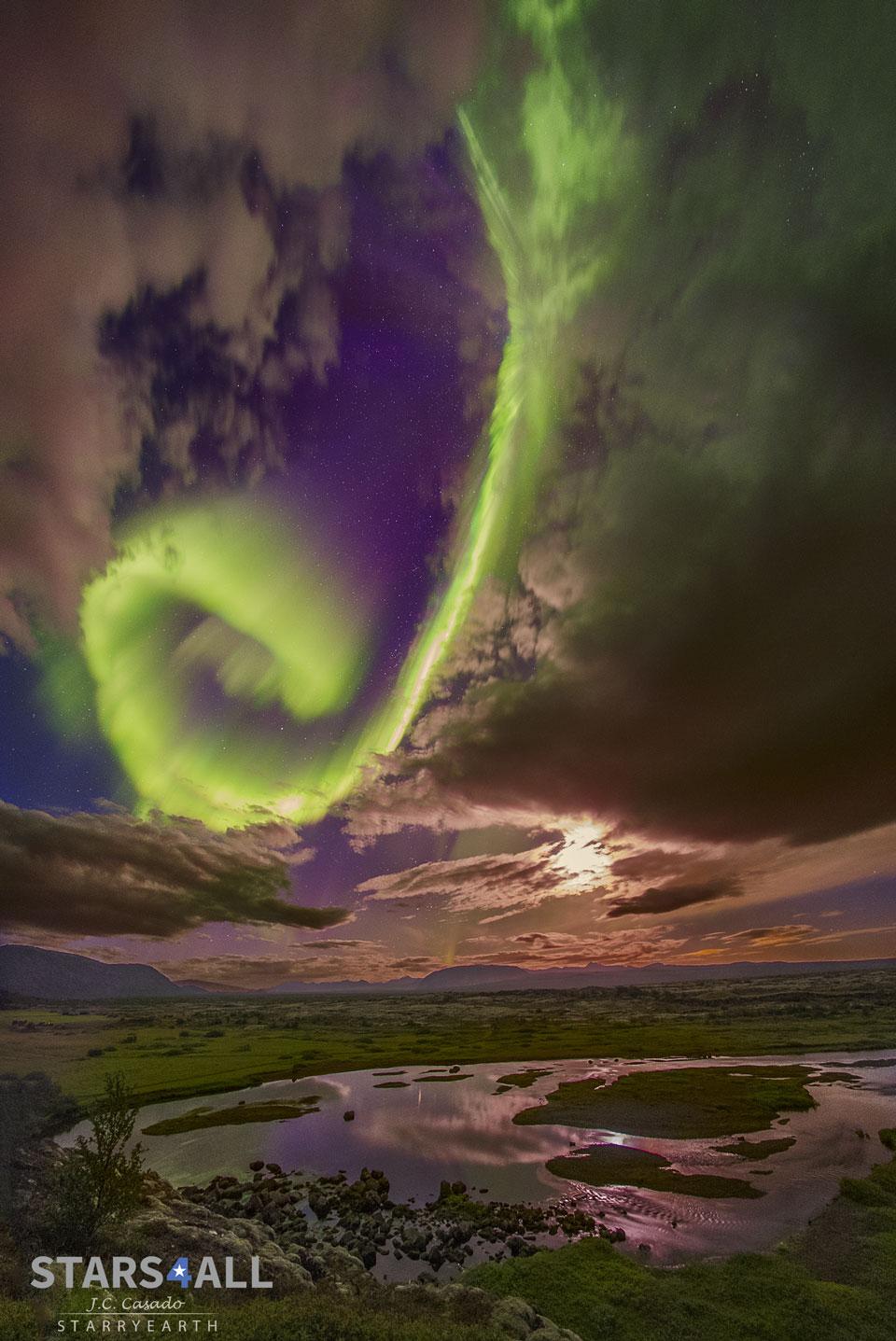 Aurore spirale au-dessus de la faille islandaise