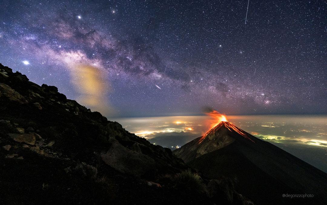 Volcan de feu sous une Voie lactée étoilée