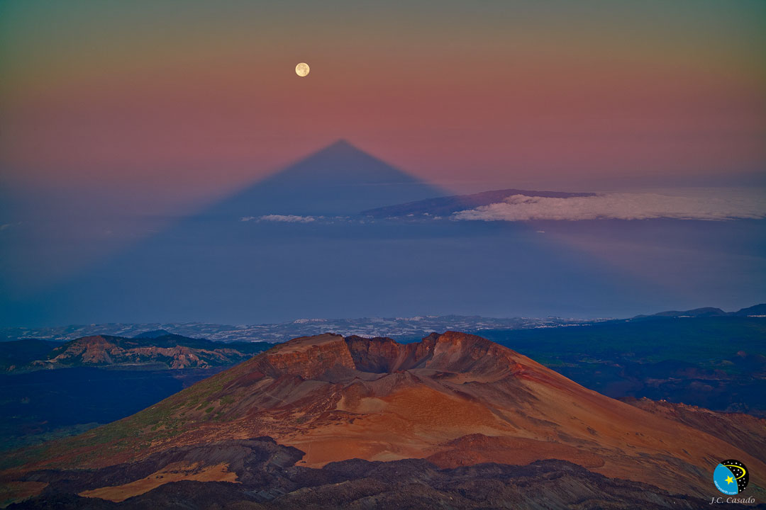 L'ombre triangulaire d'un grand volcan