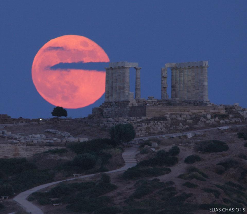 Lune aux fraises au-dessus du temple de Poséidon