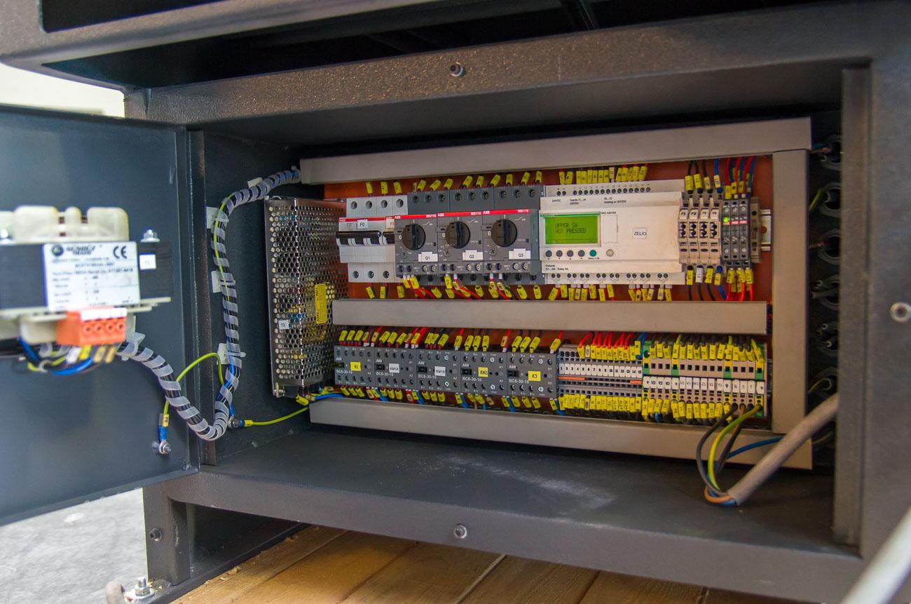 Capaciteit: rond 230mm, rechthoek: 320x130mm, zaagblad 2720mmx27mm, Halfautomatisch zaagcyclus