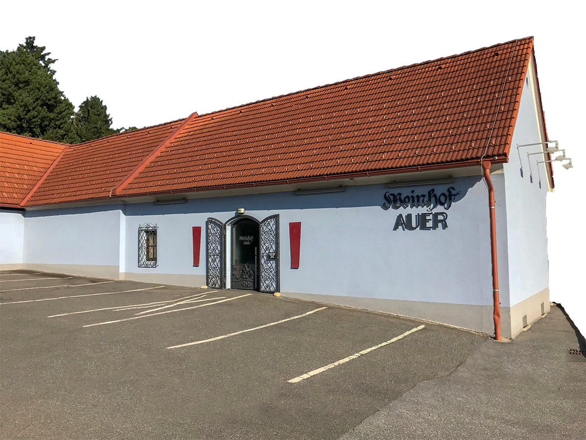 Weinhof Auer - großzügiger Parkplatz und Eingang zur Vinothek