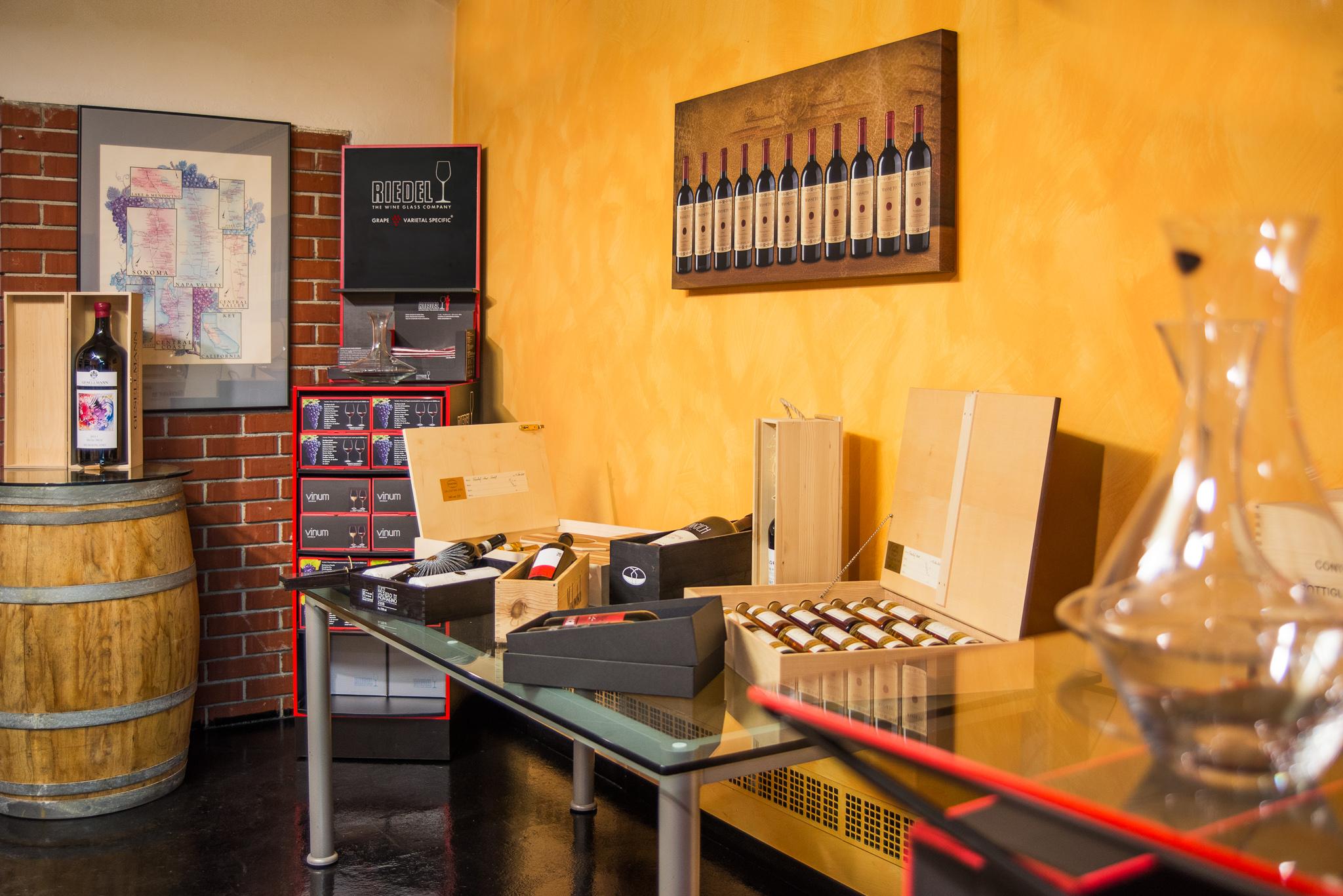Regale mit Weinen im Verkaufsraum im Weingeschäft Auer in Graz