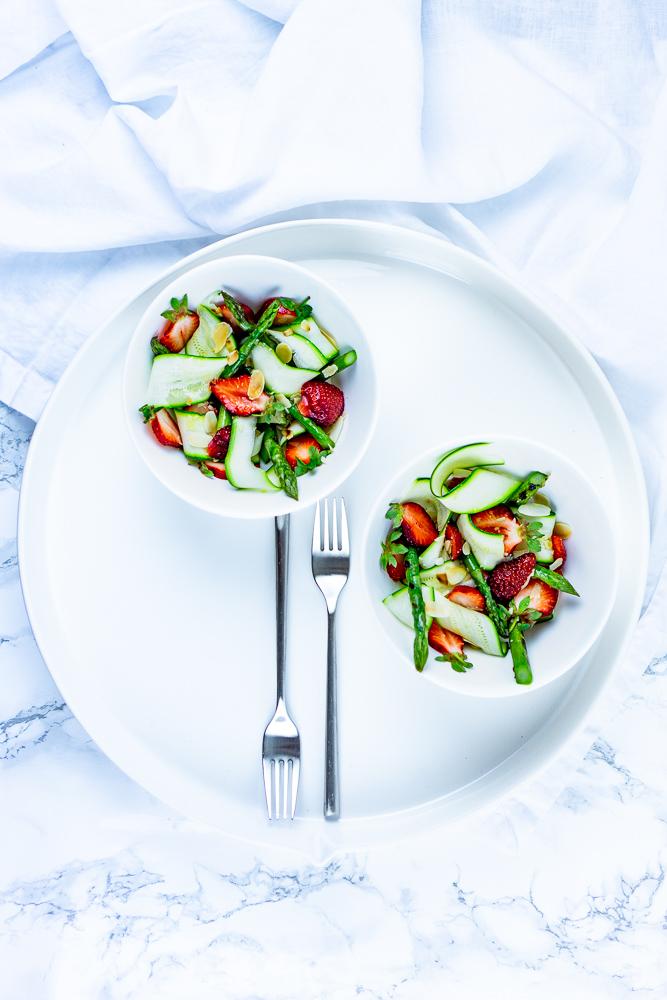 Erdbeer-Spargel Salat mit Zucchini-Streifen