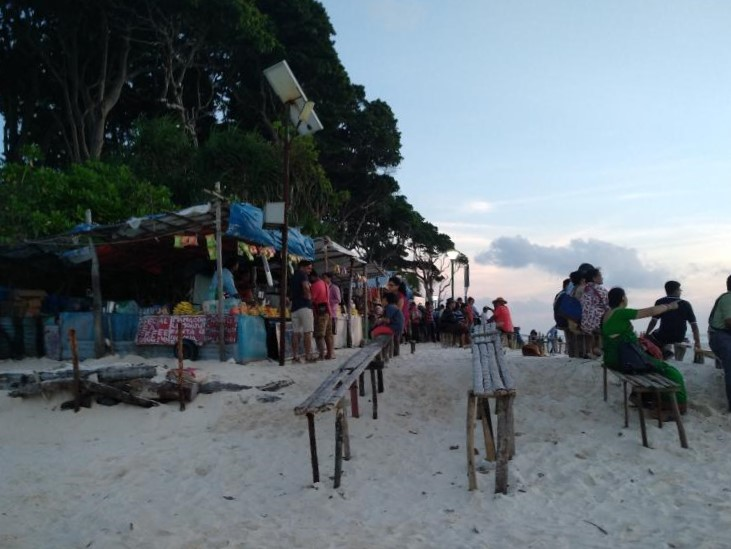Food stalls at Laxmanpur beach (where to eat)