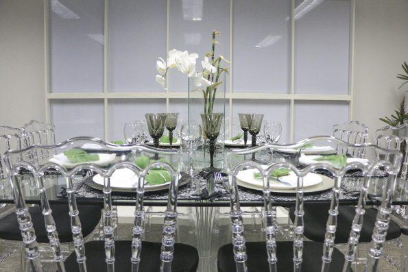 cadeiras transparentes na sala de jantar