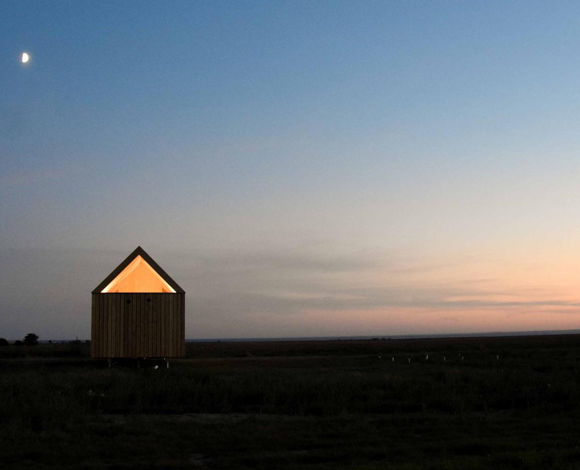 Cabane sur pilotis dans la nature pour dormir et immerger dans la nature