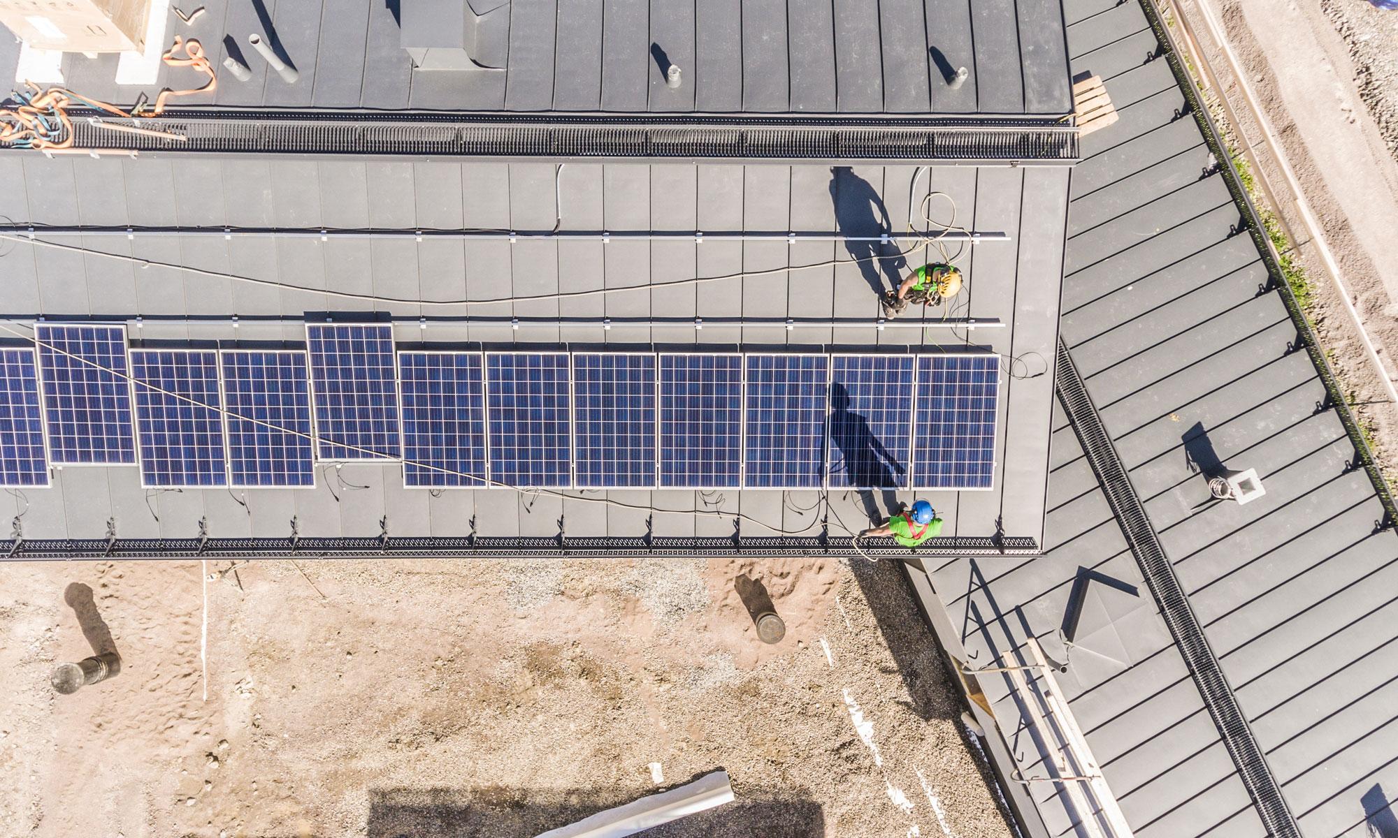 Ilmakuva talon katosta jossa aurinkopaneelit