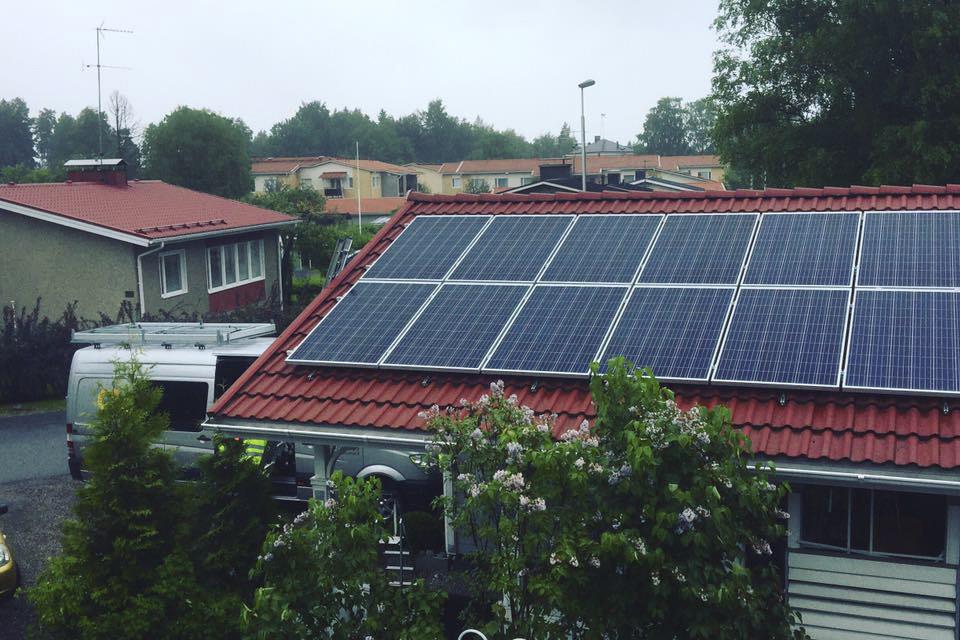 aurinkopaneelit tiilikatolla