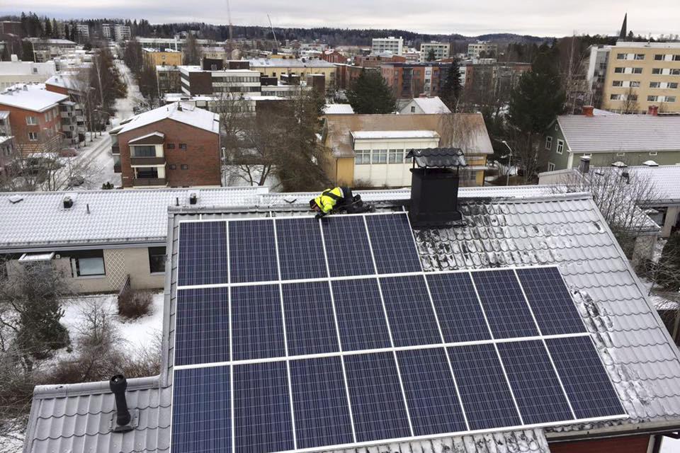 aurinkopaneelit kaupungissa