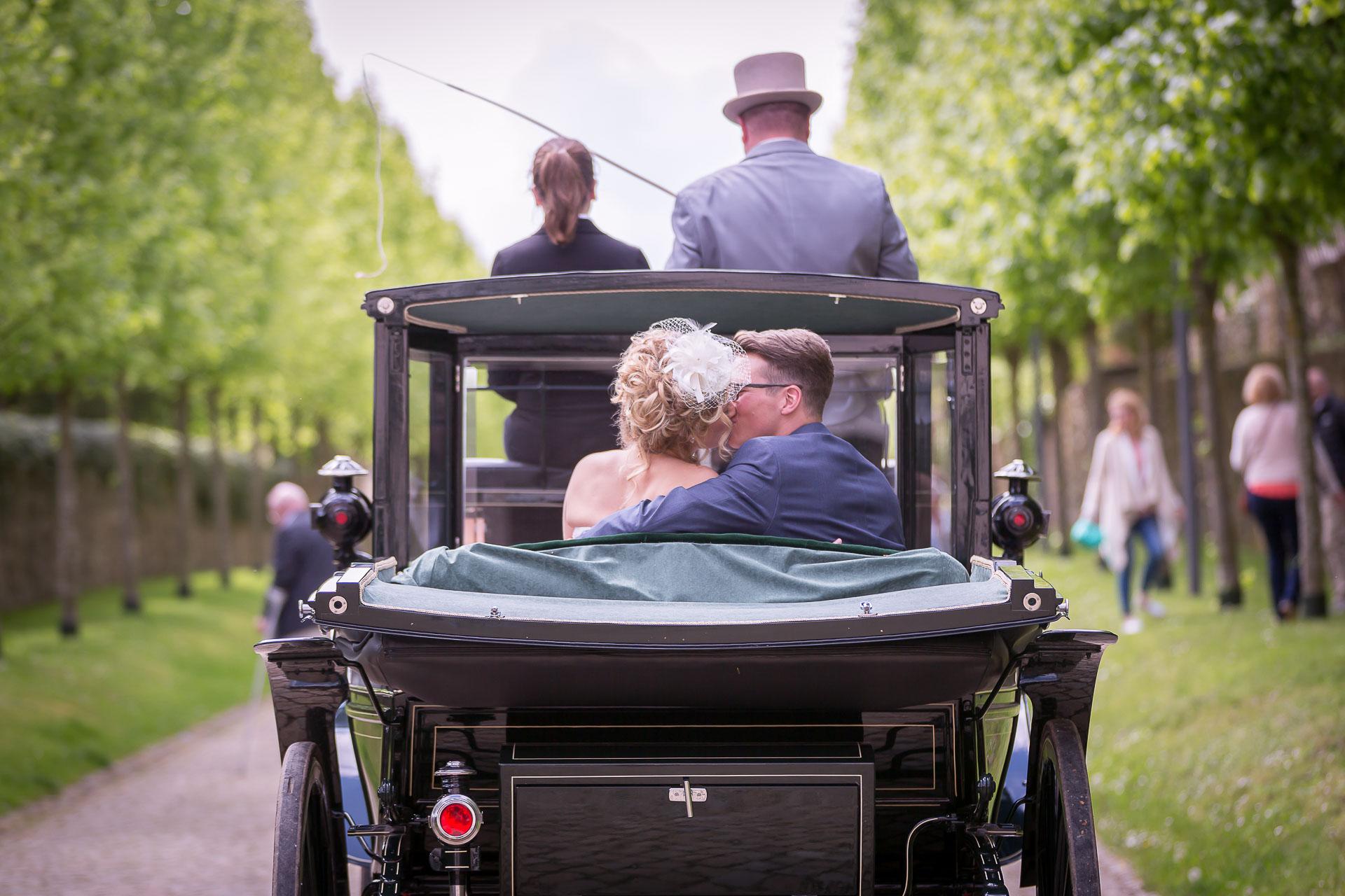 eine Hochzeitskutsche auf der Schlossallee