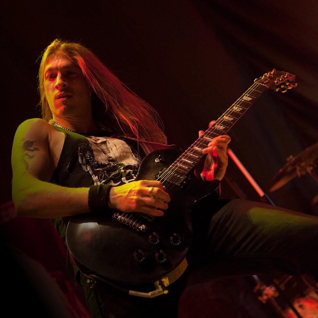 Tech copywriter Jon Evans playing the guitar on stage