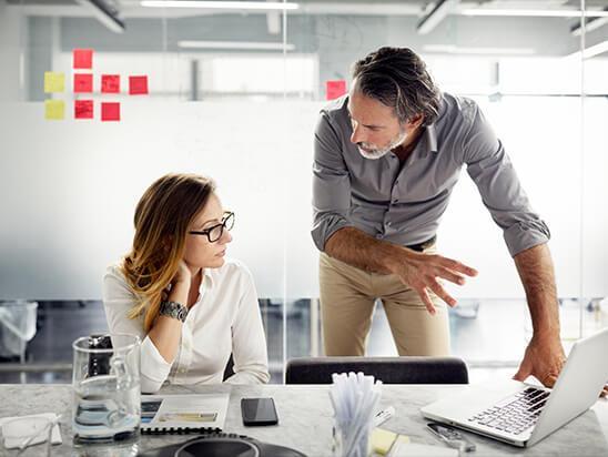 Imagebild – Mann und Frau bei der Arbeit am Notebook