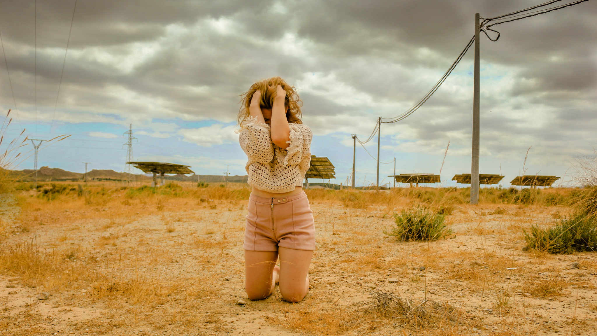 The desperate Maria is sitting in the middle of a spanish desert. @ Les Gastons Film, 2021