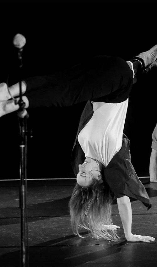 Anna Kempin and Johannes Blattner standing on their hands during Jukebox 2.0 performance, choreographed by Pascal Sangl