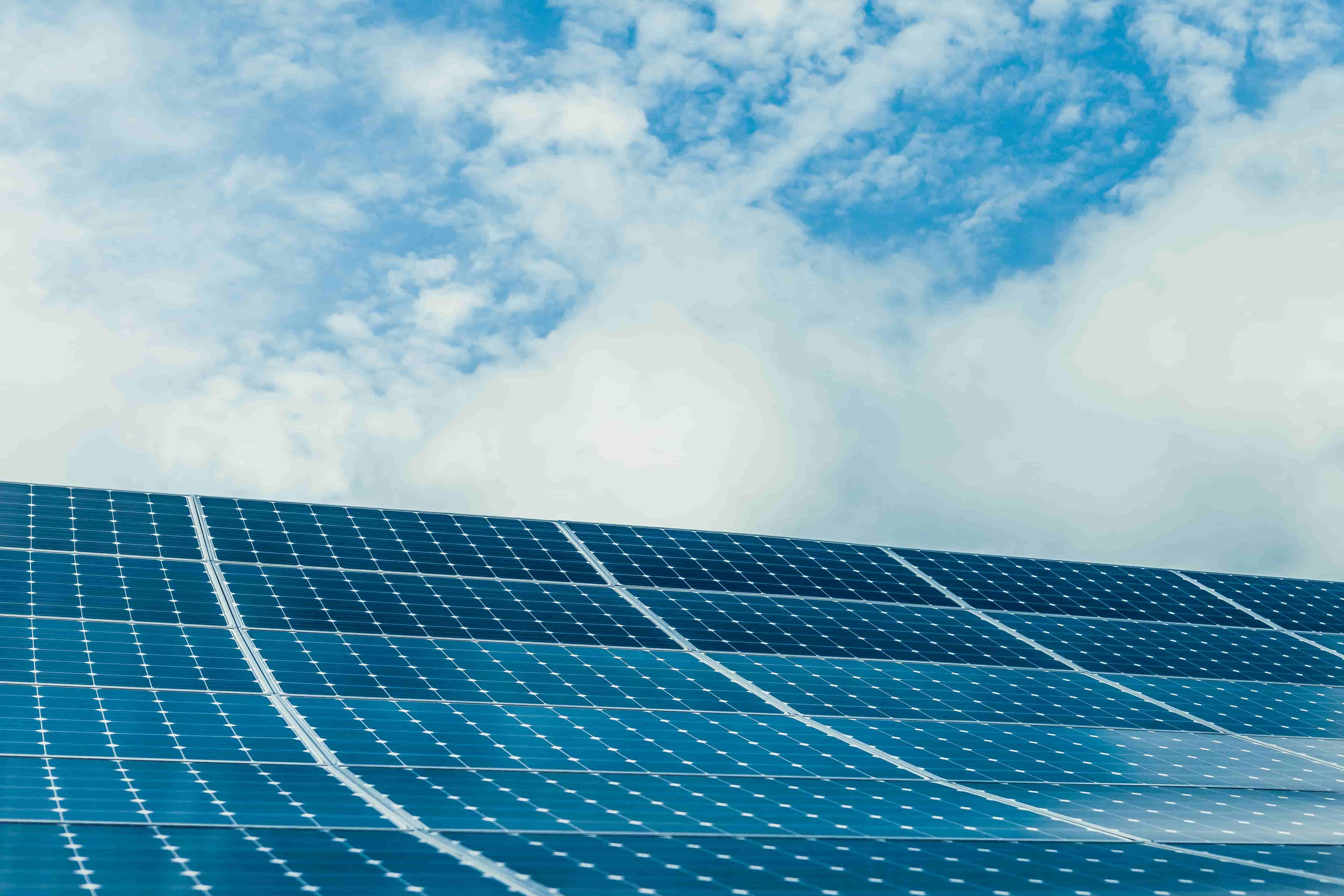 Different types of solar panels: monocrystalline and polycrystalline