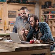 2 entrepreneurs looking at a computer screen