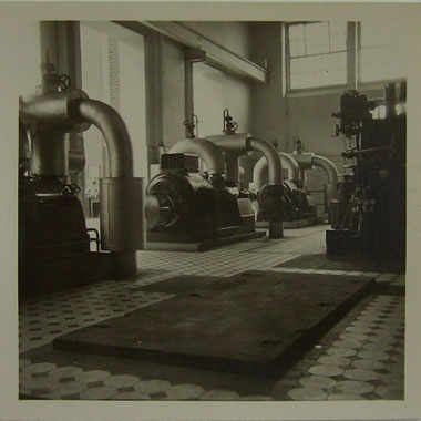 """Mitte der 90'er Jahre hat die Galerie REYGERS einen photographischen Nachlaß von Vintage-Prints aus den 30'er Jahren vom Kunsthandel erworben. Nur anhand dieser bedeutenden Photosammlung aus den Bereichen Mensch, Natur und insbesondere Industriedesign konnte recherchiert werden, daß es sich bei dem Photographen um den bis dahin im Photomarkt noch völlig unbekannten Wolfgang Boese ( 1912 - 1994) handelt, der ab den 30'er Jahren in Chemnitz lebte und von Beruf Maschinenbauingenieur war. Nach heutigem Kenntnisstand hat Boese seine Photos in 6 x 6 cm nur jeweils einmal für den privaten Gebrauch abgezogen und mit entsprechenden Bildunterschriften versehen. Die angebotenen Vintage-Prints sind somit als Unikate einzuordnen! Boese hatte die besondere Gabe, daß er neben seinem Verständnis für technische Zusammenhänge Alltägliches mit ganz anderen, fast schon ästhetisierenden Augen sah. Seine Photos aus dem Bereich der Industriephotographie vermitteln sachliche Ästhetik von Produktionsmitteln und Produkten, die allein dem Motiv verpflichtet ist, ohne die damalige Mühsal der Produktion zu tangieren. Dieser distanzierte Blick durch die kühle Kamera ist stilistisch geprägt von der """"Neuen Sachlichkeit"""" der 20'er- und 30'er Jahre, zu der auch die Bauhaus-Photographie zählt. Aber auch mit seinen Photos aus den Bereichen Mensch und Natur öffnet Boese auf faszinierende Weise die Augen des Betrachters und schärft den schon abgestumpften Blick für längst nicht mehr Wahrgenommenes in einer Zeit optischer Reizüberflutung. Ein stetig wachsender Kreis von Boese-Sammlern und beachtliche Preise, die seine Photos in den Auktionen bei Lempertz in Köln und Phillips in New York erzielten, sprechen für die Qualität seiner Arbeiten. Mit dem Kalender """"Best of Wolfgang Boese"""" des Ackermann Kunstverlags für das Jahr 2002 ist eine breite Öffentlichkeit in den Genuß seiner Photos gekommen."""
