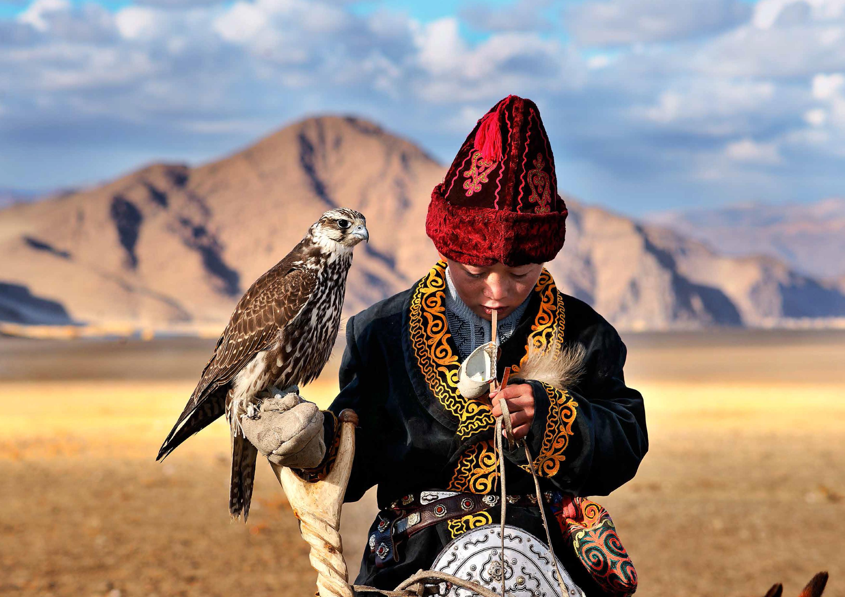 """Frei und ungebunden ziehen Nomadenstämme durch die Weiten der windgepeitschten mongolischen Landschaft - nur geleitet vom rhythmischen Wechsel der Jahreszeiten. Seit dem Jahr 2000 begleitet Hamid Sardar das Leben dieser Faszinierenden Gemeinschaften, verfolgt ihre Alltagsrituale, Jagdzüge und spirituellen Praktiken und fängt so ihre jahrhundertealten Traditionen ein. Durch seine Arbeit ist er zu der Überzeugung gelangt, """"dass eine der wirksamsten Lösungen für die Krise der Zivilisation in der Sicherung und Bewahrung der kleinen Stücke Wildnis besteht, die auf unserem Planeten noch übrig geblieben sind"""". Sardars atemberaubende Farb- und Schwarz-Weiß-Photographien werden zu einer ergreifenden Bilderreihe zu den letzten wandernden Schamanen und Jägern der Mongolei. Voller Faszination für ihre spirituelle Verbindung zu Natur und Tieren zeigt Sardar die Weisheit, die Gebräuche und Verhaltensweisen unterschiedlichster Menschen, vom Pferdezüchter über den Falkner, mit mit Adlern auf die Jagd geht, bis zum traditionellen Heiler. Hamid Sardar wurde 1966 im Iran geboren. Er ist Experte für Mongolische und Tibetische Philologie und promovierte an der Harvard University. Inspiriert von den Pionieren der ethnologischen Photographie im Zeitalter der Entdeckungen, ging er 2000 in die Mongolei, um acht Jahre lang mit den dortigen Nomadenstämmen zu leben. Während dieser Zeit entstanden vier preisgekrönte Dokumentarfilme und herausragende Photographien, die weltweit in Galerien gezeigt werden."""