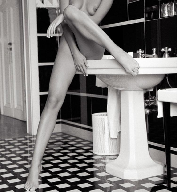 """Guido Argentini, geboren 1966 in Florenz, begann mit 23 Jahren zu photographieren. Bevor er seine Leidenschaft zur Photographie entdeckte, studierte er 3 Jahre Medizin. Seit 1990 lebt und arbeitet Guido Argentini in Los Angeles. Seine Arbeiten sind in einigen der renommiertesten Magazinen der Welt, wie etwa VOGUE, GQ und PLAYBOY erschienen. Diese """"privaten Räume"""" zeigen Frauen in sehr intimen Momenten in einem glamourösen Ambiente: Argentini fordert den Betrachter heraus, Grenzen zu überschreiten und """"verbotenes Terrain"""" zu betreten. """"In unserer heutigen Gesellschaft wird es oft als unanständig empfunden, einen nackten Frauenkörper zu zeigen, zu malen oder zu photographieren. (...) Picasso wurde einmal gefragt, wo die Grenze zwischen Sexualität und Kunst verlaufe. Er antwortete, es handele sich um ein und dasselbe, sie seien identisch, denn Kunst sei immer erotisch"""" (Guido Argentini im Vorwort zu """"Private Rooms""""). Argentini konstruiert ein verborgenes erotisches Universum, ohne in den Bereich der Pornographie abzudriften. Die knisternden Bilder zeichnen sich durch einen eigenen düsteren Charme aus, wobei Argentini jeglichen Formalismus ablehnt. Die Bilder leben von spontanen Momenten und sind geprägt von einem tiefen Vertrauen zwischen Modell und Künstler."""
