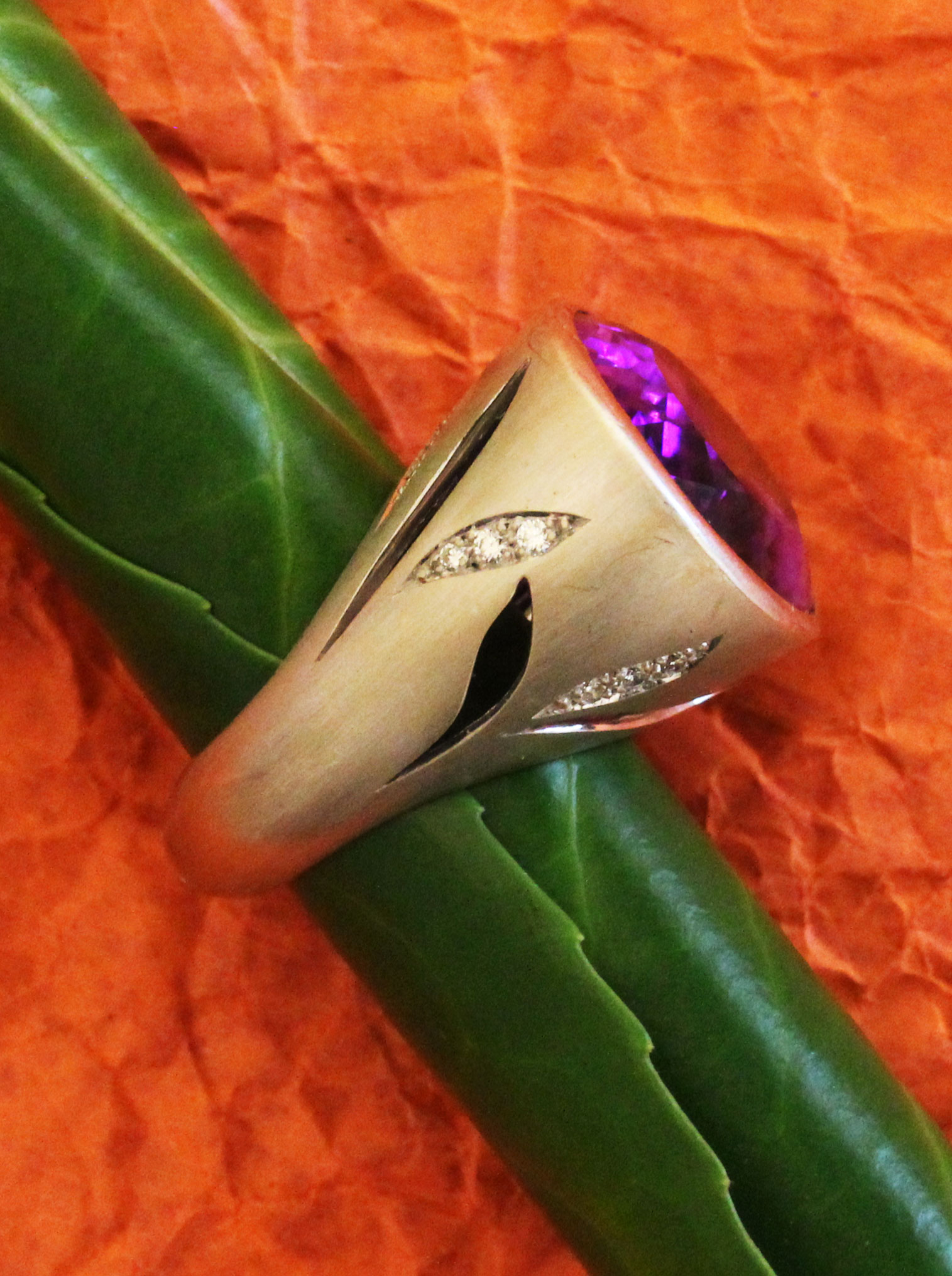 Big white gold ring with an amethyst and diamonds