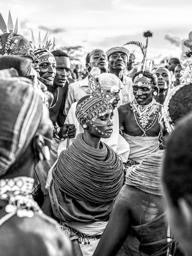 """Samburuland - Fotografien aus dem Norden Kenias. In seiner neuen Bildserie Samburuland taucht der Fotograf Mario Marino in die traditionelle Welt der Ureinwohner des Nordens Kenias ein. Dem Nomadenvolk der Samburus. Seit über 500 Jahren besiedeln sie den nördlichen Teil Kenias und bestreiten ihr Dasein als Bauern und Viehzüchter. Mario Marino verbringt mehrere Monate mit ihnen, begleitet ihren Alltag sowie die spirituelle Zeremonie einer traditionellen Hochzeit. Wie so oft in Mario Marinos Werk stehen Würde und Anmut des Einzelnen im Zentrum seiner Portraits. Die Ausstellung """"Samburuland"""" mit 26 ausgewählten Fotografien wird erstmalig ab dem 16. Mai 2020 bis zum 20. September 2020 in der Galerie Reygers, Widenmayerstraße 49, in München (nur nach Vereinbarung) zu sehen sein. Kontakt 089 - 220 370 e-mail: galerie@reygers.com Zur Ausstellung erscheint ein Begleitkatalog mit 56 Seiten und 42 Fotografien. Zur Person : Mario Marino (geb. 1967) gehört zu den leidenschaftlichsten und renommiertesten Portraitfotografen unserer Zeit. Im Mittelpunkt seines Werkes steht der Mensch. Mario Marino zählt zu den großen Humanisten unter den Fotografen. Seine Motive findet er auf seinen zahlreichen Reisen, die ihn zwischen 2000 und 2020 von Europa nach Afrika, Asien, Lateinamerika und Indien führten. """"Fotografieren heißt für mich vor allem die Welt und ihre Protagonisten besser zu verstehen. Welche Geschichte verbirgt sich hinter dem einzelnen Menschen? Anteil zu nehmen und die Persönlichkeit im Portrait zu verdichten, einzutauchen und mit der Situation zu verschmelzen, darum geht es mir auf meinen Reisen. Ich versuche, das Leben der Menschen zu lesen die ich fotografiere, die Umstände, unter denen sie leben. Ich bin fasziniert von ihrem kulturellen Hintergrund und ihrer Identität"""". Seit 2011 wurden in über 50 Galerie und Museumsausstellungen weltweit Fotografien von Mario Marino gezeigt. Stationen waren Amsterdam, Basel, Berlin, Brüssel, Dubai, Düsseldorf, Edinburgh, Frankfurt am Mai"""
