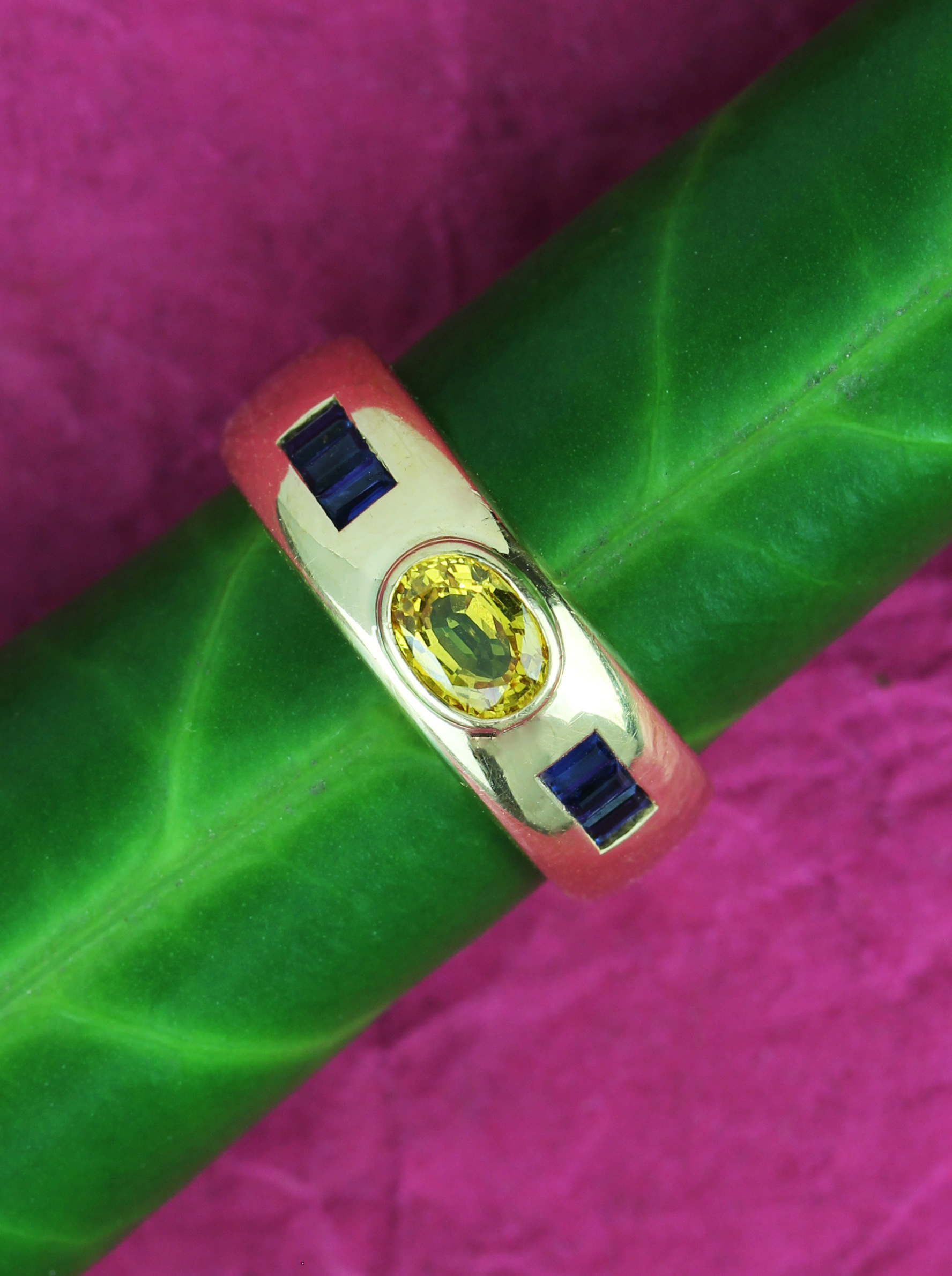 Fine gipsy ring in gold with sapphires