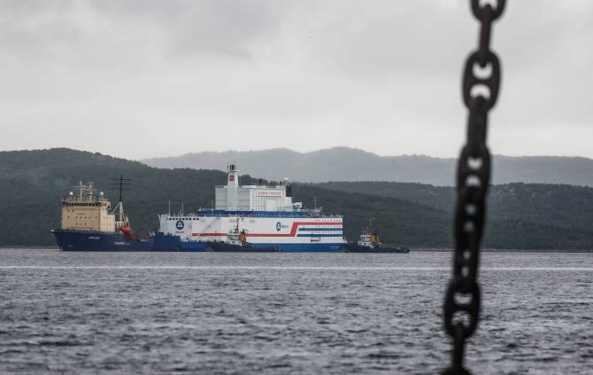A view shows Russia's floating nuclear power plant Akademik Lomonosov and tugboat Dixon before departure on August 23, 2019. (REUTERS/Maxim Shemetov)